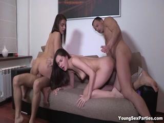 Сексуальные голые девушки трахаются с парнями в групповухе